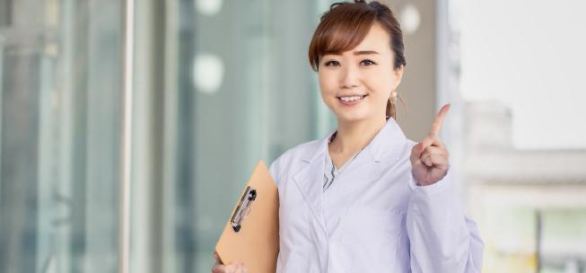 クリニックで働く女性のイメージ画像