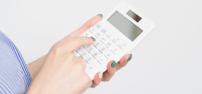 費用を計算する女性