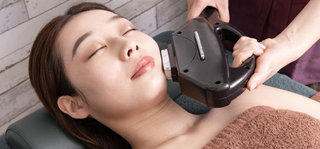 美容レーザーを受ける女性